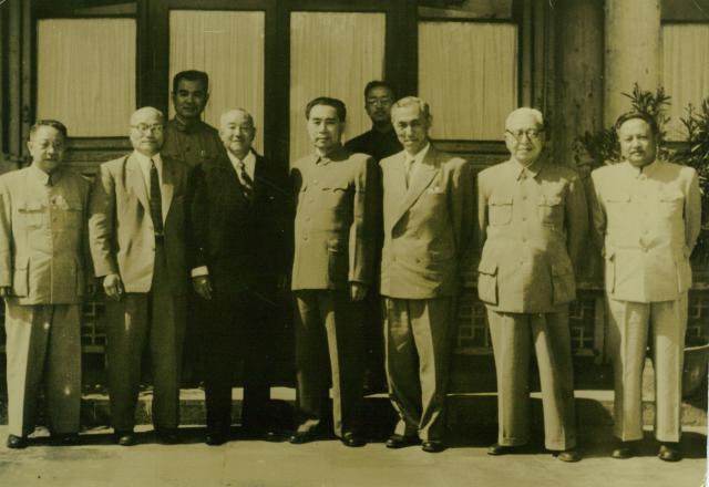 日綿實業?ニチメン】周恩来総理と南郷三郎(1956年)   双日歴史館